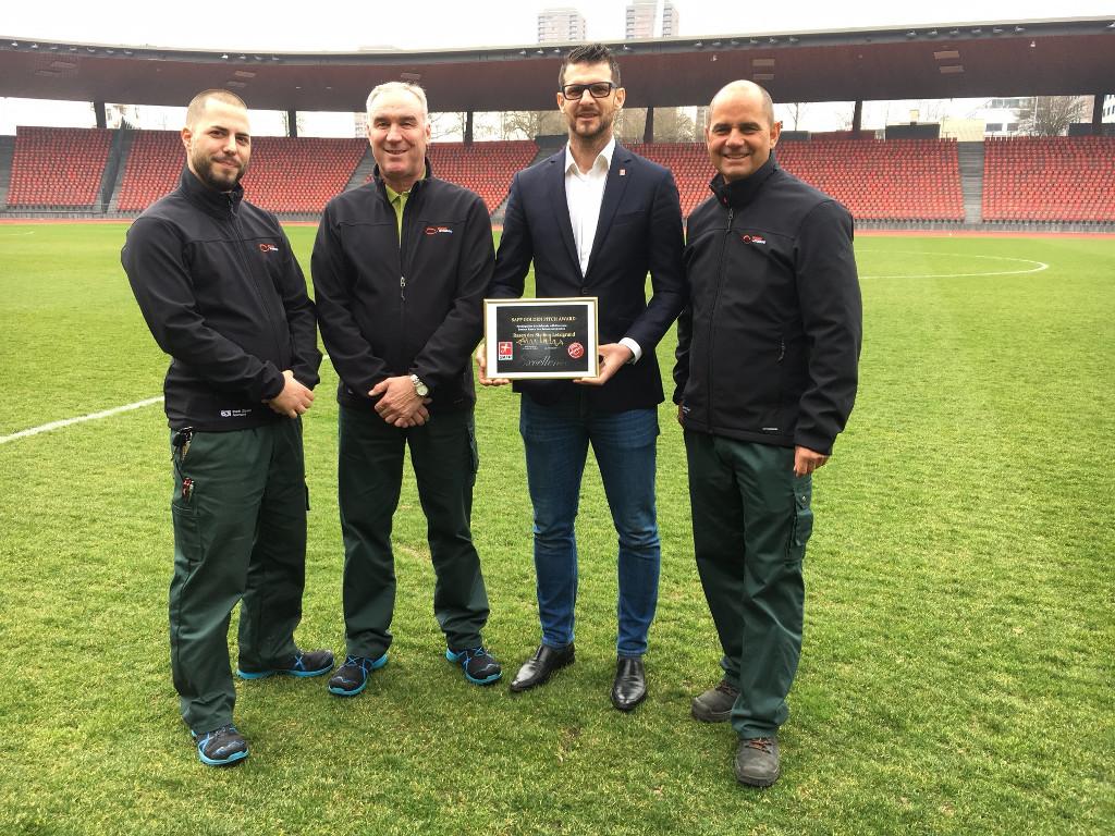 """Goran Ivelj (Player relation Manager SAFP) bei der Übergabe des """"GOLDEN PITCH AWARD"""" 2015/16"""